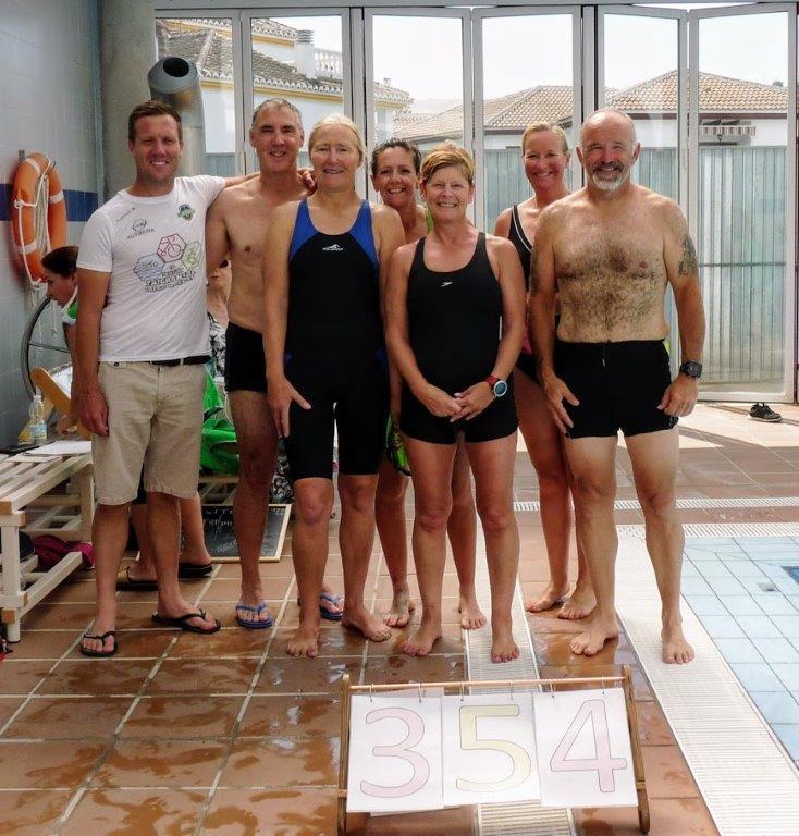 Nadadores 'alcanzan la cima de Everest' dos veces para ayudar a CUDECA