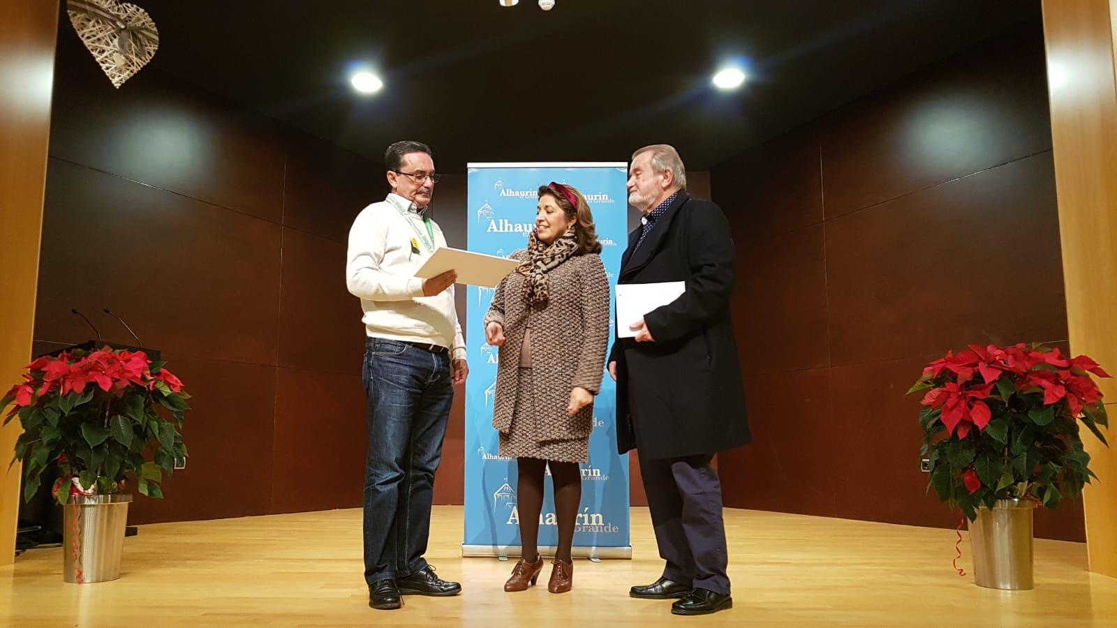 """Entrega de fondos recaudados  por la Asociación Cultural de Técnicos Teatrales de Torremolinos en su obra """"Un Espíritu Burlón"""""""